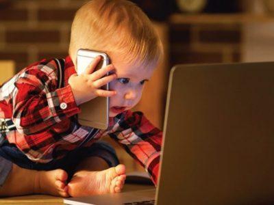 Дитина зі смартфоном