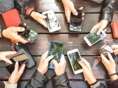 Який бренд загрібає дві третини прибутку на світовому ринку стільникових телефонів