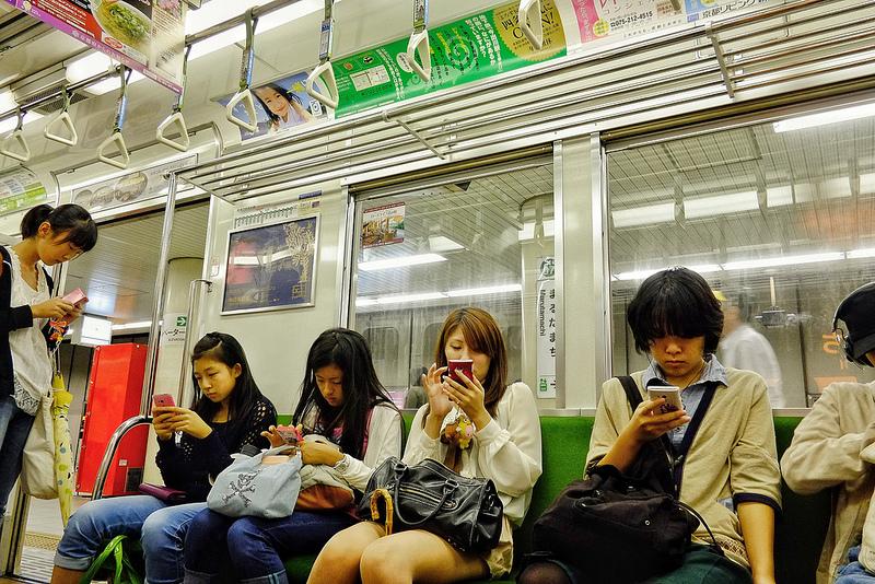 В одній з префектур Японії хочуть заборонити дітям і підліткам користуватися мобільними пристроями після 22:00