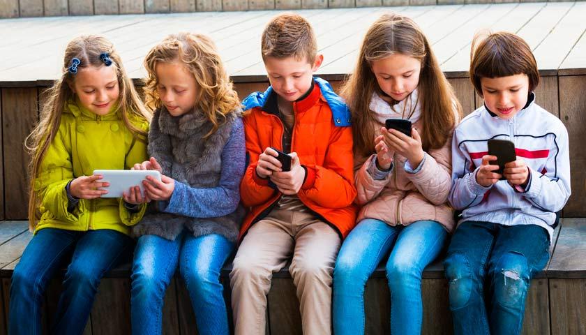 діти зі смартфонами
