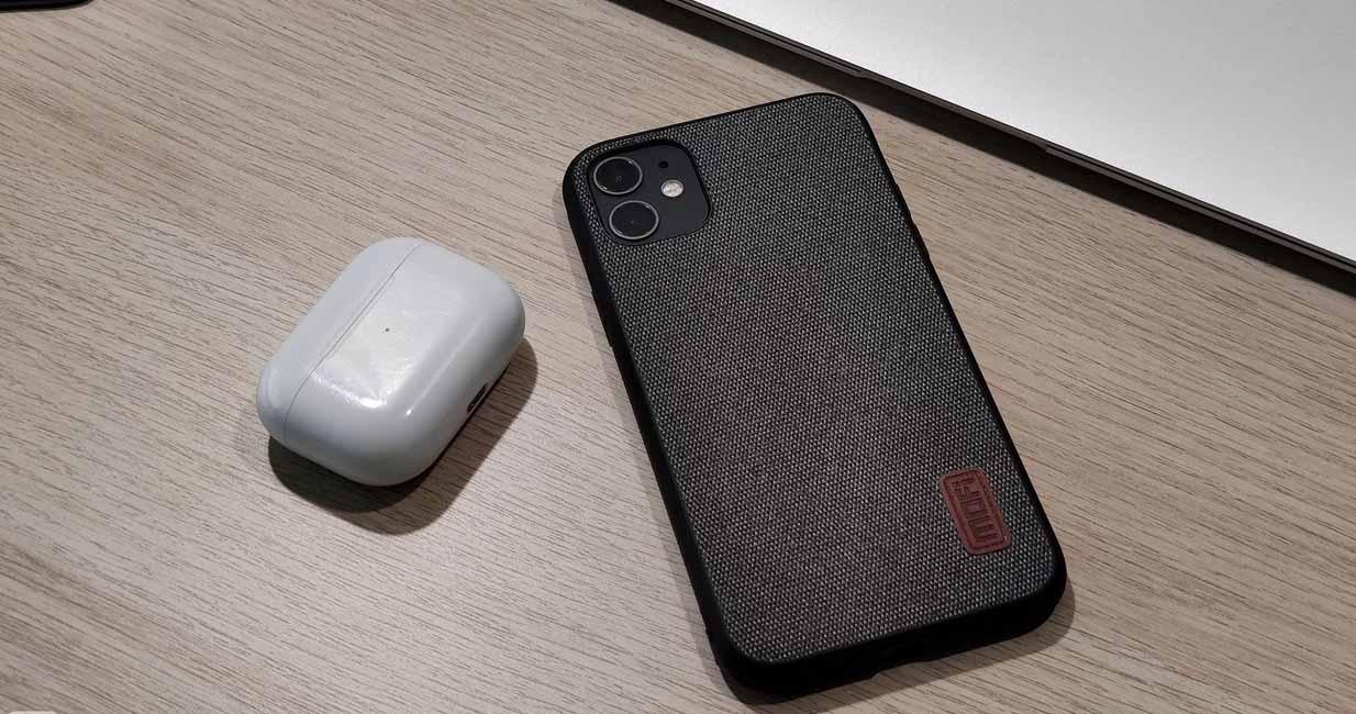Смартфон на столі